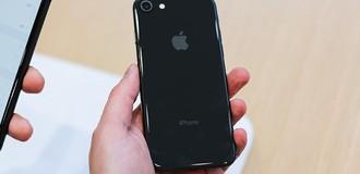 Mặt kính ốp lưng của iPhone 8 có chi phí sửa chữa không hề rẻ