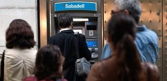 Dân Catalonia ồ ạt rút tiền
