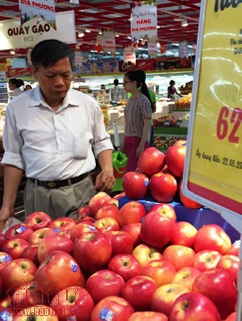 Người tiêu dùng đang băn khoăn vì nhiều mặt hàng hoa quả nhập khẩu có giá rẻ bất ngờ. Ảnh: H.V