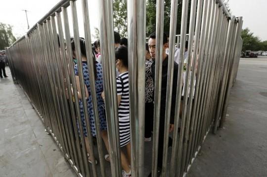 Tất cả đều phải đi qua máy quét an ninh. Ảnh: Reuters