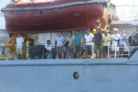 Các ngư dân trên tàu ĐNa 90152 TS được tàu vận tải của ta chở về đảo Lý Sơn an toàn.