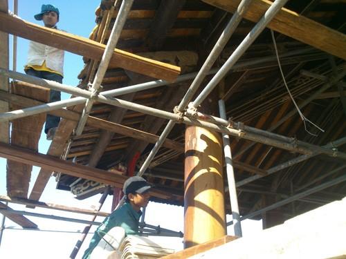 Cột gỗ và các kết cấu chịu lực góc đông bắc bị mục ruỗng gây sập đổ đã được thay thế, gia cường