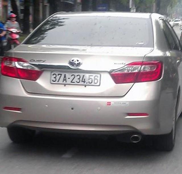 Chiếc xe hiệu Camry mang BKS: 37A-234.56 siêu đẹp đi trên đường TP Vinh (Nghệ An).
