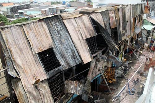 Đám cháy thiêu rụi toàn bộ 14 phòng trọ, một quán nhậu, một nhà kho. Ảnh: An Nhơn