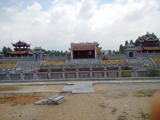 Bên trong là hồ Thiên Quang- như thiết kế hồ Thiên Quang của Văn Miếu- Quốc Tử Giám
