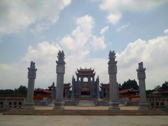 Cổng vào với tứ trụ bằng đá xanh Thanh Hoá
