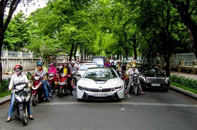 Siêu xe tương lai BMW i8 xuất hiện trên đường Sài Gòn