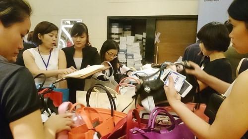 Hà Nội: Chen nhau nghẹt thở mua đồ giảm giá - ảnh 7