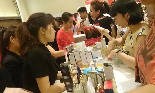 Hà Nội: Chen nhau nghẹt thở mua đồ giảm giá - ảnh 3