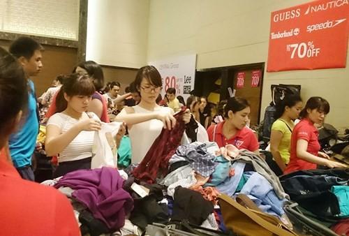 Hà Nội: Chen nhau nghẹt thở mua đồ giảm giá - ảnh 9
