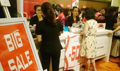 Hà Nội: Chen nhau nghẹt thở mua đồ giảm giá - ảnh 4