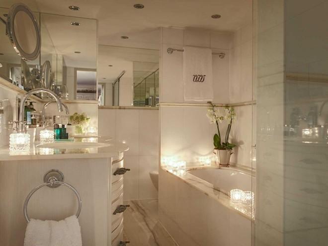 Bồn tắm lát đá cẩm thạch là nơi thư giãn tuyệt vời cho du khách.
