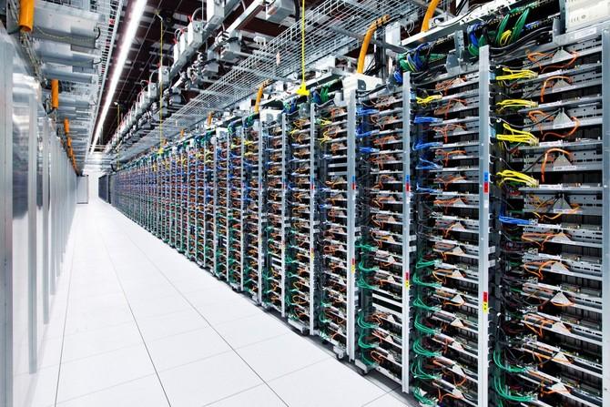 Nhưng một khi bạn nhận được để lại, bạn sẽ thấy kệ và giá đỡ của máy chủ và lưu trữ máy tính, như thế này.