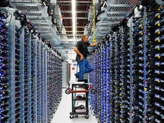 Roger Harris hoạt động trên các mặt cơ sở hạ tầng của các máy chủ. Ông nói rằng công việc của mình 'cho phép Google làm gì nó.'