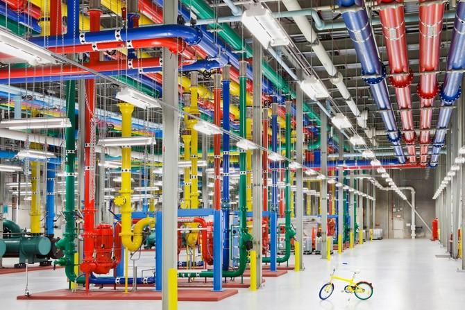Những ống đầy màu sắc được sử dụng để gửi nước để làm mát trung tâm dữ liệu. Đó là một nhân viên G-Bike sử dụng để di chuyển xung quanh các trung tâm dữ liệu.