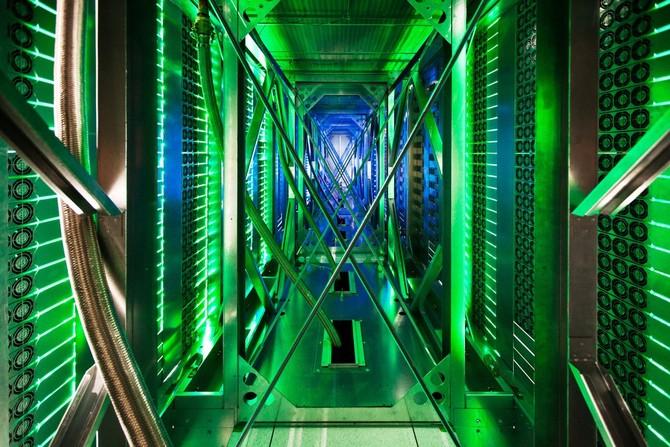 Đây là những gì đằng sau lối đi máy chủ. Hiện có hàng trăm người hâm mộ làm mát xuống các máy chủ. Các đèn chiếu sáng màu xanh lá cây hiển thị trạng thái máy chủ.