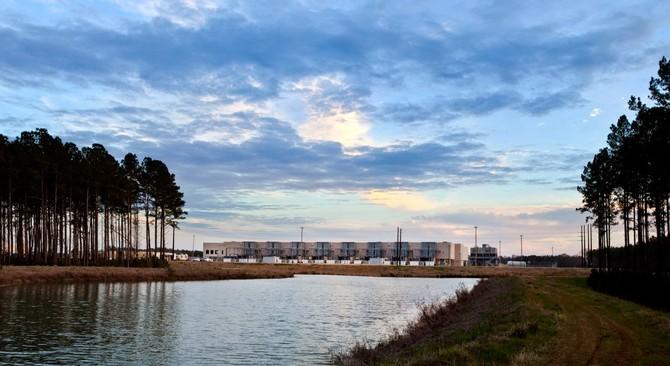 Để tiết kiệm nước, Google đang thử nghiệm này ao giữ nước mưa trong trung tâm dữ liệu South Caroline của nó.