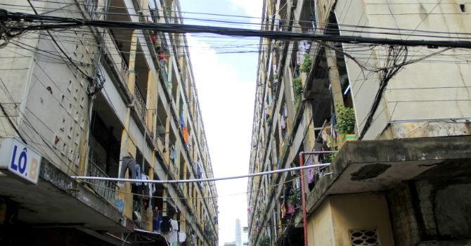 """TP.HCM: """"Đau đầu"""" tìm chủ đầu tư xây 25 chung cư hư hỏng nặng"""