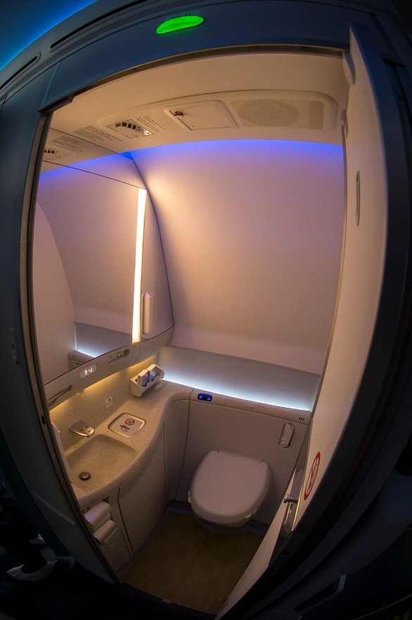 Nhà vệ sinh hiện đại, sạch đẹp và tiện nghi trên tàu bay thế hệ mới nhất của Boeing 787-9.