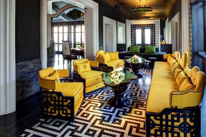 Màu vàng vương giả, màu xanh óng của lụa với những chiếc ghế ăn thiết kế từ cảm hứng của ngai vàng triều Nguyễn.</div><div>