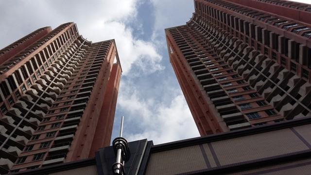 Đứng dưới chân các tòa tháp của dự án cao cấp này, bằng mắt thường chúng ta cũng có thể tường tận nhận thấy hình ảnh xuống cấp của hàng trăm căn nhà ở đây.