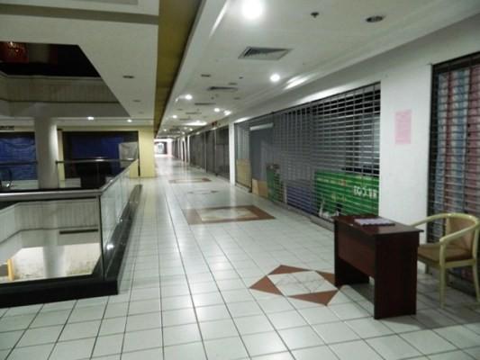 Các dãy hàng kinh doanh đồ ăn uống, thời gian, mỹ phẩm đã đóng cửa và dán bảng ccho thuê lại, nhưng cũng không ai muốn chui vào nơi vắng vẻ này để kinh doanh.