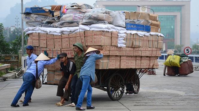 Trung Quốc phá giá đồng nhân dân tệ giúp hàng hóa của nước này nhập khẩu vào Việt Nam sẽ rẻ hơn (ảnh chụp tại cửa khẩu Lào Cai chiều 11-8) - Ảnh: Ngọc Bằng