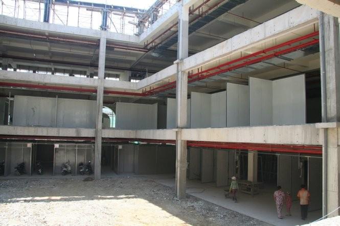Khu nhà ba tầng của dự án chợ Đầm Nha Trang còn đang xây dang dở (chụp trưa 21-8-2015) -Ảnh: Phan Sông Ngân