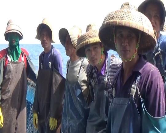 Một trong số những ngư dân Trung Quốc đánh bắt cá trộm bị phát hiện ngày 22-5