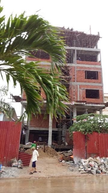 Một dự án khách sạn mini tại đường Trần Hưng Đạo, mặt tiền hướng biển đang trong quá trình xây dựng. Dự án này đã được một nhà đầu tư Tp.HCM mua lại với giá 120 tỷ đồng.