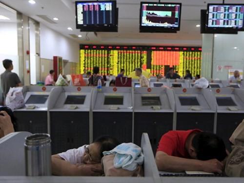 Các nhà đầu tư Trung Quốc tại sàn chứng khoán Thượng Hải ngày 24.8
