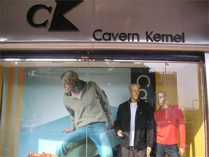 1. Cavern Kernel Các tín đồ của thương hiệu thời trang Calvin Klein hẳn phải bật cười khi thấy tên nhãn hàng nhái này. Ngoài cái tên này, ở Trung Quốc còn có vô số các tên tương tự và không kém phần hài hước như Caiwen Kelai, Calvim Klain và Carlin Klair.