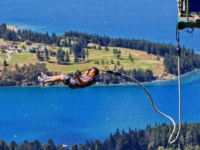 New Zealand đem lại nhiều trải nghiệm thú vị cho những người độc hành, từ nhảy bungee, đi thuyền, đạp xe tới leo núi... Bạn sẽ bận rộn với nhiều điều để khám phá tới mức không còn để ý là mình đi một mình.
