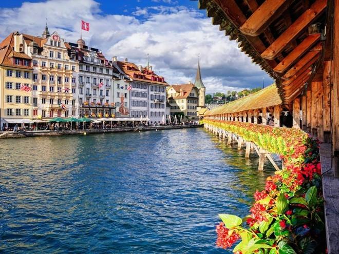 Khung cảnh của Thụy Sĩ có vẻ đẹp choáng ngợp, với hệ thống giao thông công cộng nhỏ, sạch và vô cùng hiệu quả, khiến việc khám phá quốc gia này một mình trở nên dễ dàng. Những thành phố như Zurich và Lucerne đều ở gần mặt nước, thích hợp để tản bộ, mua sắm và thưởng thức các món ăn ngon.