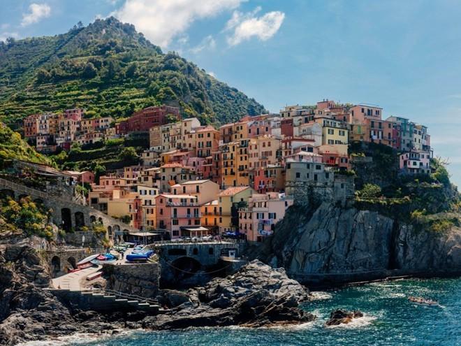 Cinque Terre là một trong những vùng đẹp nhất Italy. Những ngôi làng ven biển với màu sắc rực rỡ, các con đường uốn lượn và nhịp sống chậm rãi là nơi hoàn hảo để bạn lang thang một mình.