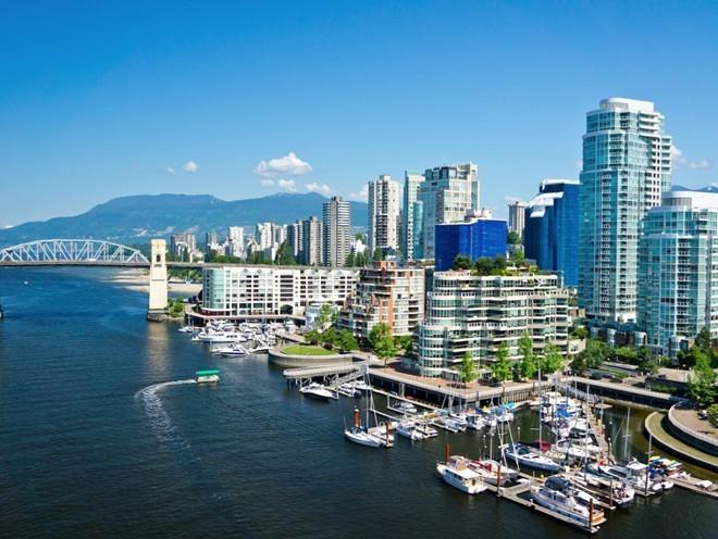 Là một thành phố trẻ với cộng đồng phong phú, Vancouver, Canada, có khu trung tâm nhộn nhịp, nhưng cũng không thiếu các khu hoạt động ngoài trời như công viên Stanley - nơi lý tưởng để đi bộ. Ngoài ra, du khách còn có thể tới thăm đảo Granville, nơi có nhiều khách sạn, nhà hàng, phòng tranh và chợ.