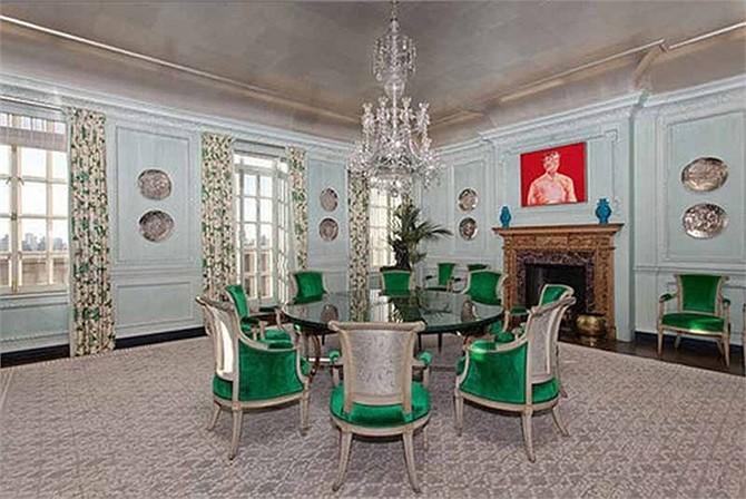 Phòng ăn nổi bật với những chiếc ghế màu xanh ngắt.