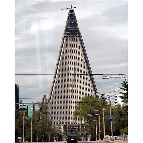 Ngoài chiếm lĩnh thị trường viễn thông, tập đoàn Orascom của tỷ phú giàu thứ ba Ai Cập còn hoạt động trong các lĩnh vực như ngân hàng, sản xuất xi măng, phân bón... Không chỉ phát triển trong nước, tập đoàn này còn vươn tầm sang các quốc gia khác. Tiêu biểu tập đoàn này chính là đơn vị đầu tư cho công trình xây dựng khách sạn hình kim tự tháp Ryugyong (ảnh) tại Bình Nhưỡng, Triều Tiên.