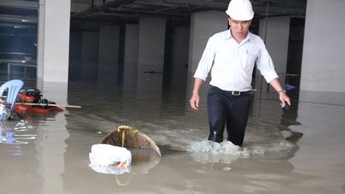 Sau gần 1 ngày bơm nước, tầng hầm vẫn còn ngập cao - Ảnh: Hoài Nhơn