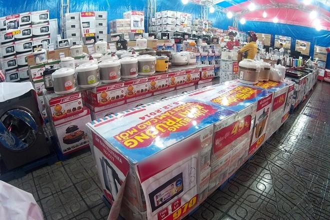 Khu bán hàng khuyến mại với hàng nghìn sản phẩm của một doanh nghiệp điện máy trên đường Cách Mạng Tháng Tám. Ảnh: Zen Nguyễn.