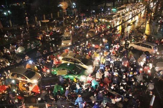 Giao lộ 3/2 - Lê Hồng Phong (quận 10) trở nên hỗn loạn
