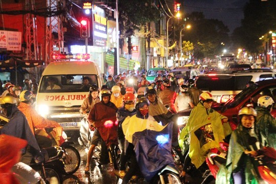 Một chiếc xe cứu thương mất hơn 15 phút để di chuyển ra khỏi giao lộ 3/2 – Lê Hồng Phong (quận 10)