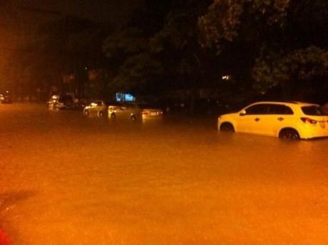 Mưa lớn xuyên đêm, người Hà thành thức trắng chạy lụt - ảnh 3