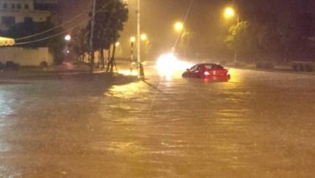 Mưa lớn xuyên đêm, người Hà thành thức trắng chạy lụt - ảnh 4