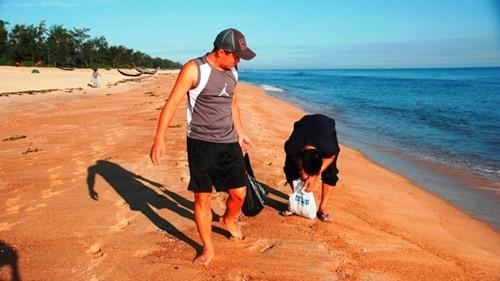 """Sản vật """"tiến vua"""" đua nhau dạt vào bờ biển Thuận An - ảnh 1"""