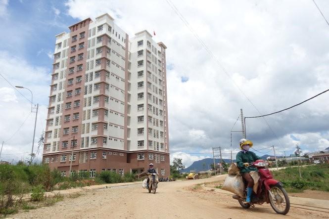 Tòa nhà B3 đang sử dụng nằm giữa vùng nông nghiệp, có 140 phòng (sức chứa khoảng 1.000 sinh viên) nhưng hiện chỉ có 120 sinh viên đăng ký ở - Ảnh: M.Vinh