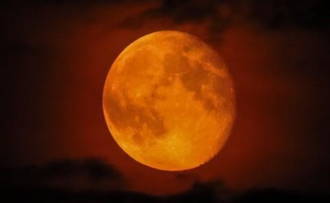 Con đường lên Mặt trăng xếp bằng vỏ chai Coca Cola sẽ rất ngắn.