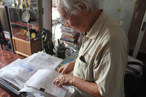 ông Khánh bên những văn bản, giấy tờ chứng nhận sản phẩm, công trình nghiên cứu của mình