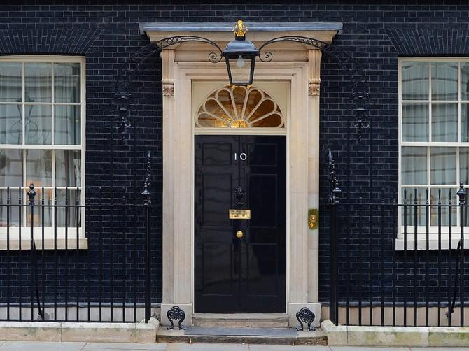 Thủ tướng Anh, tuy nhiên, sống ở 10 Downing Street ở London. PM hiện tại David Cameron sống ở đó với gia đình của mình.