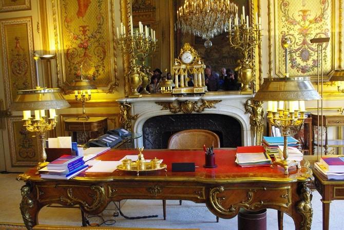 Văn phòng của tổng thống được gọi là Salon Doré (hoặc 'vàng room'), aptly đặt tên cho sự phong phú của vàng nó có tính năng của nó trên tường, cửa, bàn, ghế và thậm chí cả.